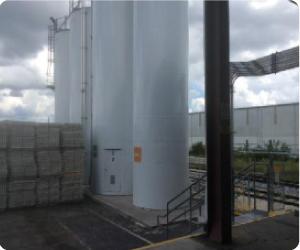 工場内に樹脂を運ぶ引込み線とサイロ