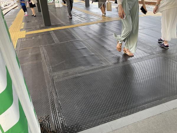 駅ホーム改修に使われるゴムマット